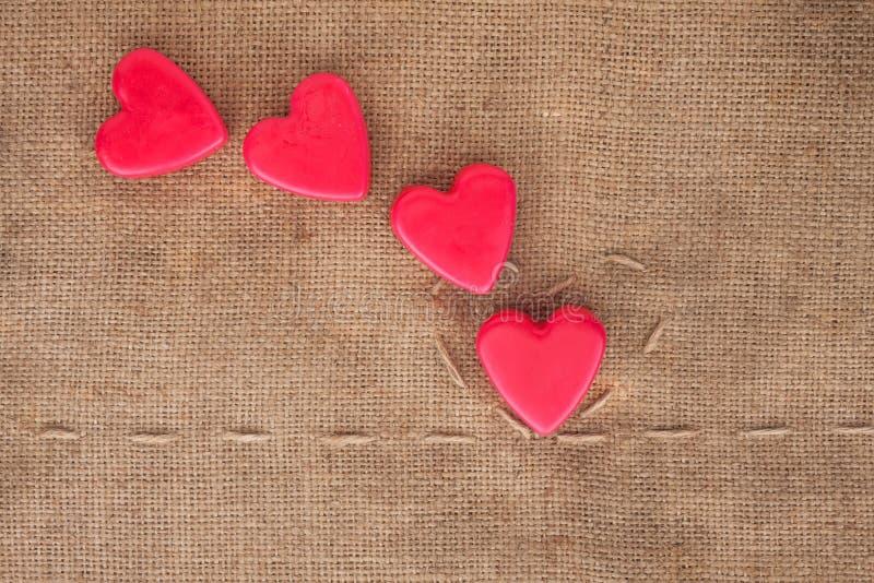 Fem av hjärtor på sackcloth arkivbild