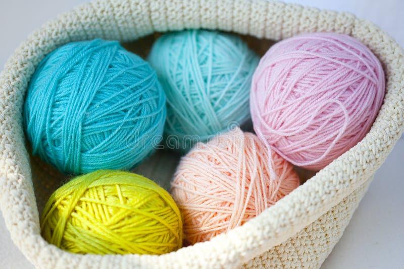 Fem bollar av ull - slösa, tänd - slösar, gulnar, rosa färger och gränsen - rosa färger fotografering för bildbyråer