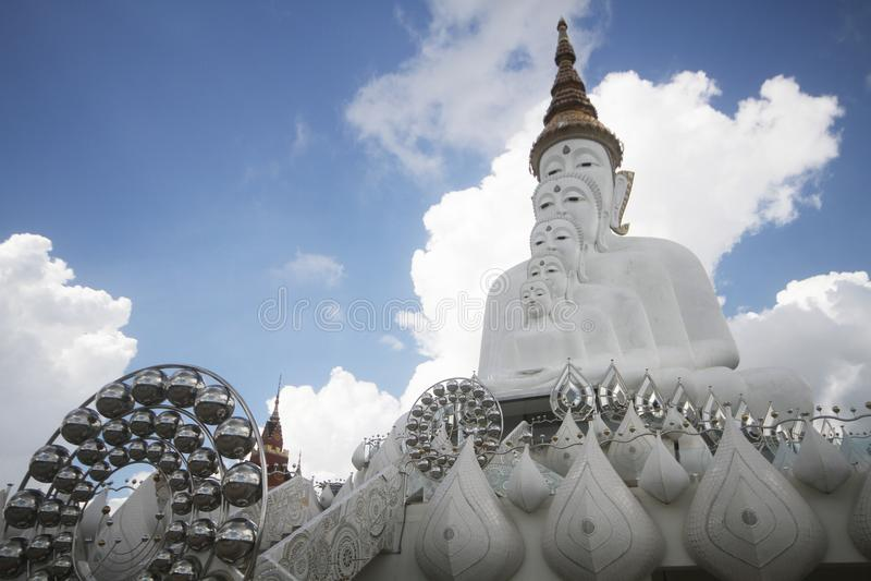 Fem buddha statyer som sitter väl justering och dekorerar med fina smycken och den guld- attraktiva spegeln royaltyfria bilder