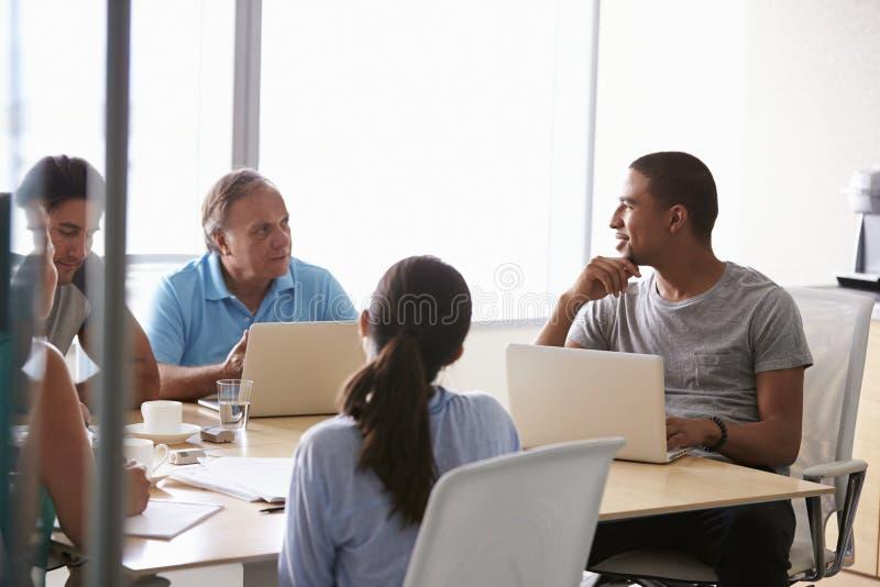 Fem Businesspeople som har möte i styrelse arkivfoto
