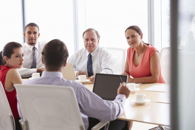 Fem Businesspeople som har möte i styrelse royaltyfri fotografi