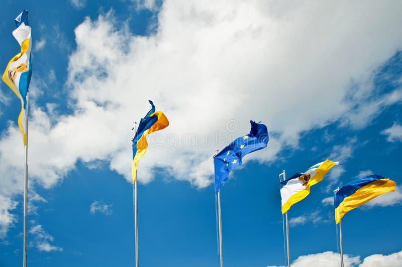 Fem förenade flaggor i himlen arkivfoto