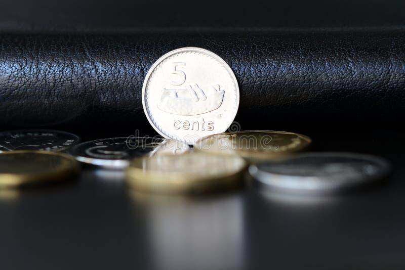 Fem fijian cent på en mörk bakgrund arkivfoton