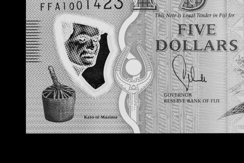 Fem Fijian dollar sedel på en svart bakgrund svart white arkivfoto