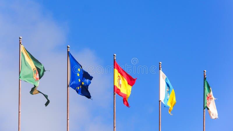 Fem flaggor som isoleras på blå himmel arkivfoto