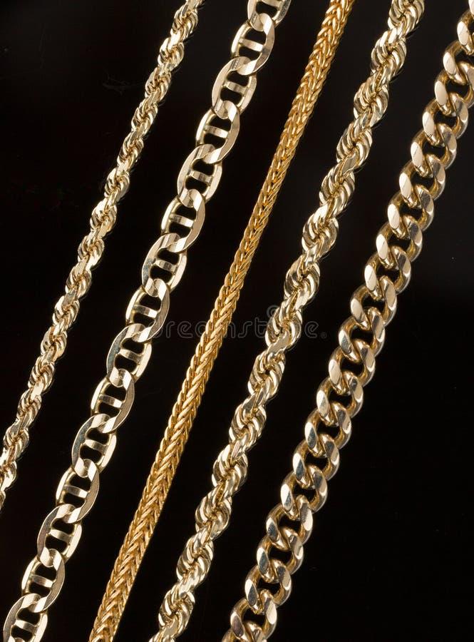 Fem guld- kedjehalsband stänger sig upp royaltyfri foto