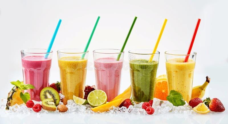 Fem högväxta exponeringsglas av smoothies för tropisk frukt