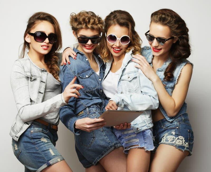 Fem hipsterflickavänner som tar selfie med den digitala minnestavlan fotografering för bildbyråer