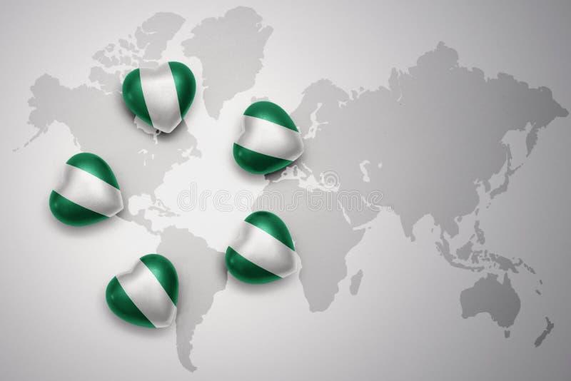 fem hjärtor med nationsflaggan av Nigeria på en världskartabakgrund vektor illustrationer
