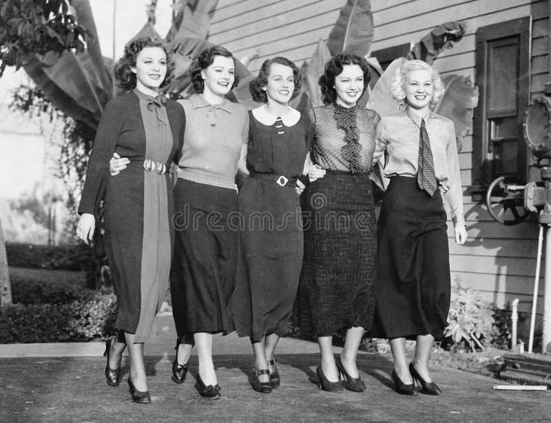 Fem kvinnor som poserar i en bakgård (alla visade personer inte är längre uppehälle, och inget gods finns Leverantörgarantier som arkivbilder