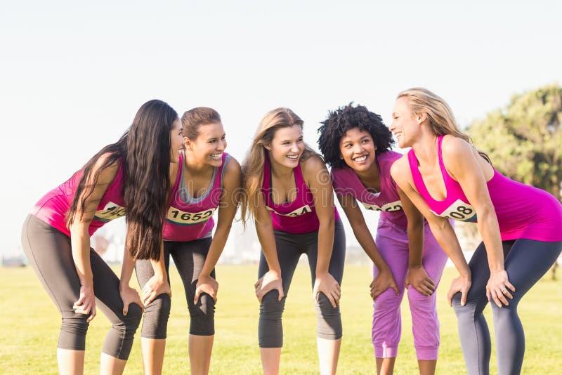 Fem le löpare som stöttar bröstcancermaraton fotografering för bildbyråer