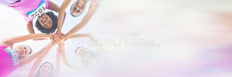 Fem le löpare som stöttar bröstcancermaraton royaltyfria bilder