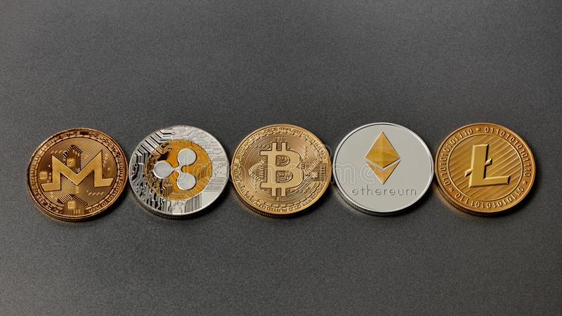 Fem olika mynt av crypto-valutor som i rad framläggas på en mörk bakgrund Faktiskt pengarbegrepp Top beskådar arkivfoton