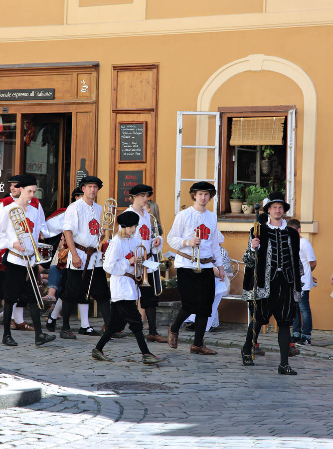Fem-petalled Rose Festival i Cesky Krumlov i Tjeckien arkivbilder
