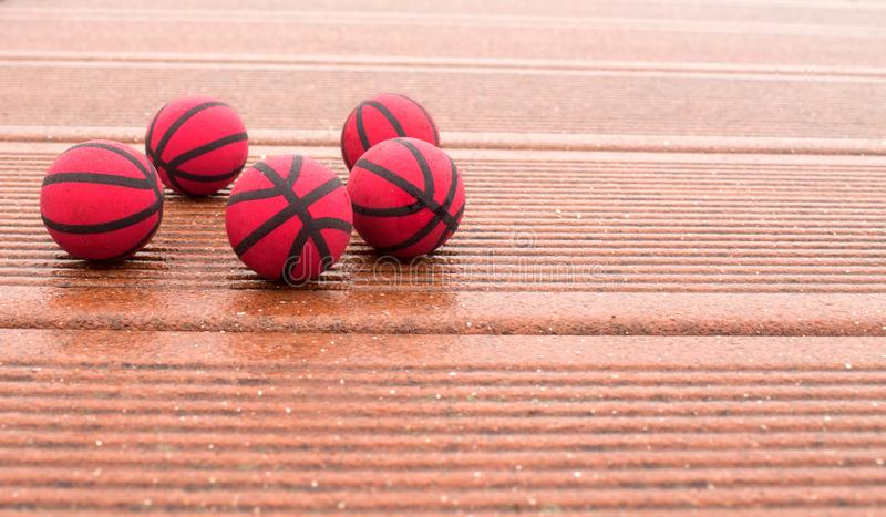 Fem röda basket på texturpanelerna royaltyfri fotografi