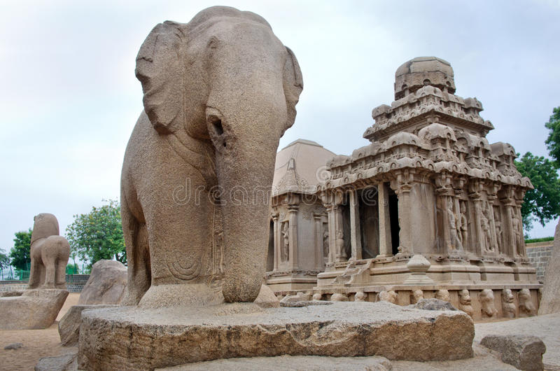 Fem rathas som är komplexa med i Mamallapuram, Tamil Nadu, Indien arkivfoton