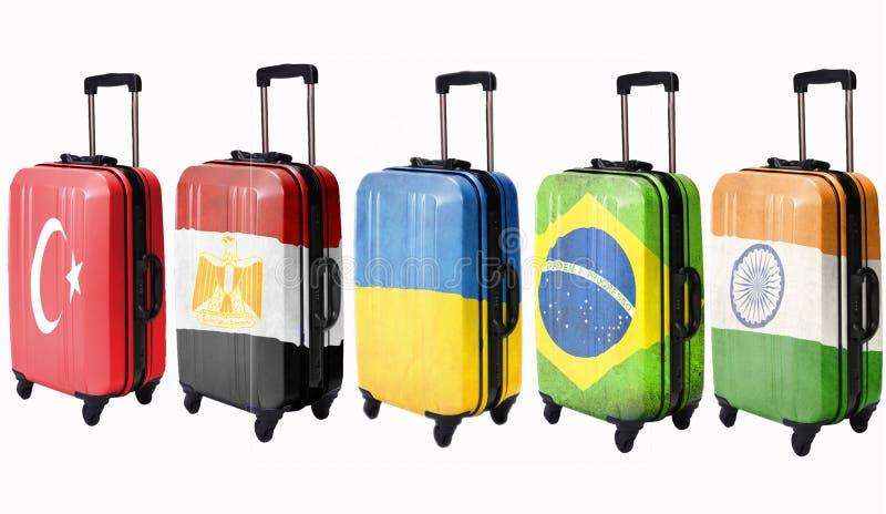 Fem resväskor med flaggor som visas på dessa länder: Egypten Ukraina, Brasilien, Turkiet, Indien isolate royaltyfria bilder