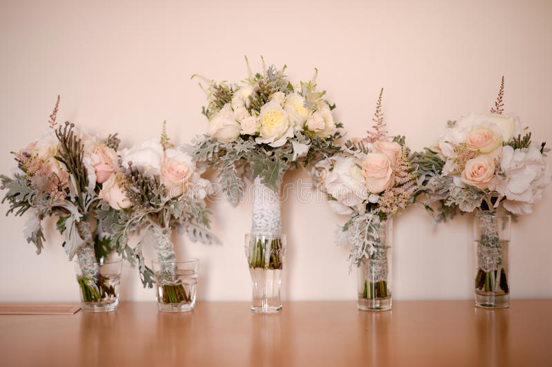Fem rosor som gifta sig buketter arkivfoton