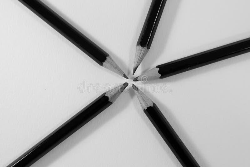 Fem skissa blyertspennalögner i en cirkel royaltyfria foton