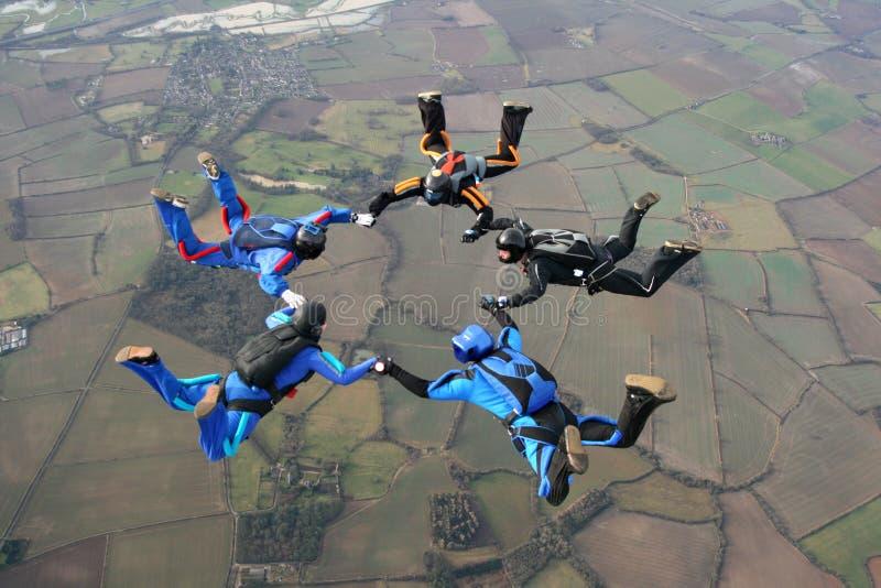 fem skydivers arkivbild