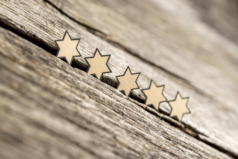 Fem stjärnor i rad på lantliga träbräden royaltyfri bild
