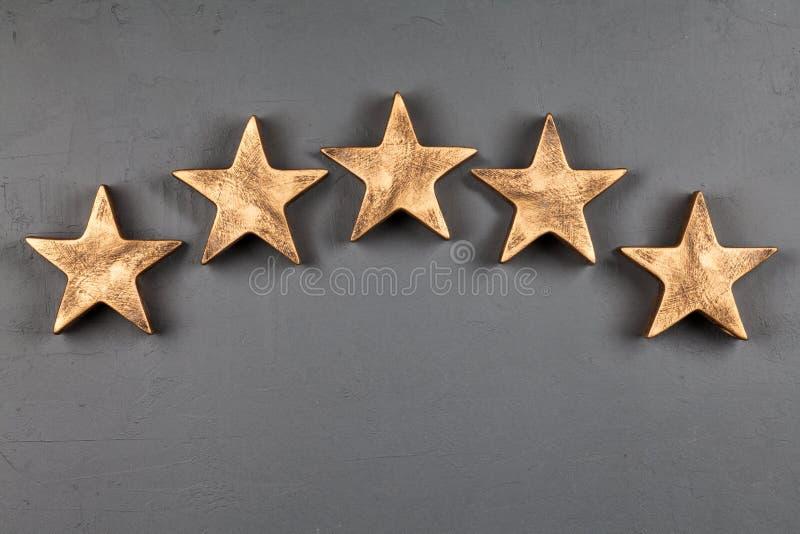Fem stjärnor på mörk bakgrund arkivbild