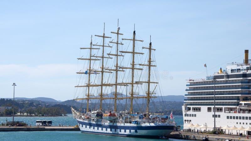 Fem styrde det högväxta skeppet i Korfu Grekland arkivfoto