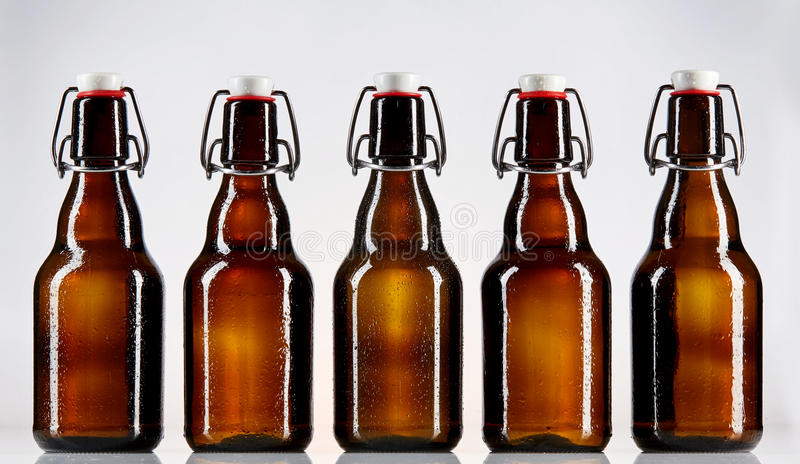 Fem tomma glasflaskor av öl fotografering för bildbyråer