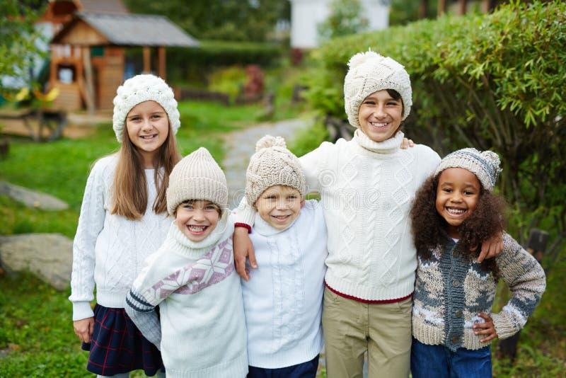 Fem ungar i stor familj royaltyfri fotografi