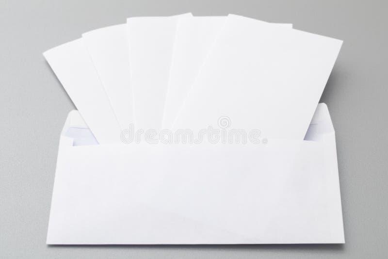 Fem vikta ark i ett kuvert royaltyfria bilder