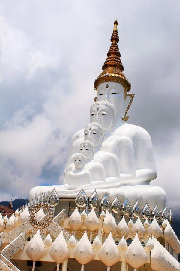 Fem vita sammanträdeBuddha är en gränsmärke Wat Pha Sorn Kaew i Khao Kor, Phetchabun, Thailand arkivfoto