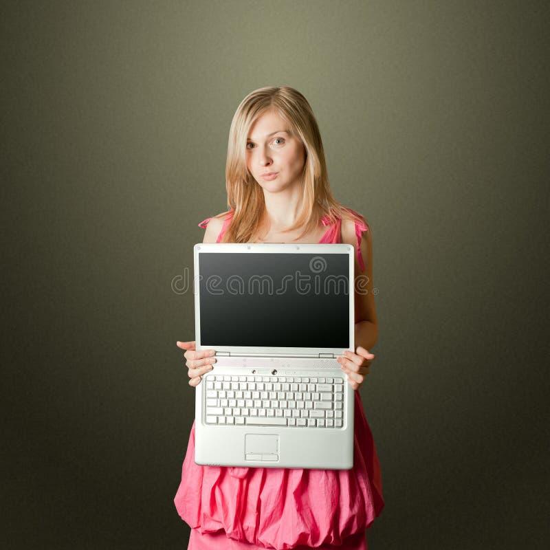 Femaile na cor-de-rosa com portátil aberto fotos de stock royalty free