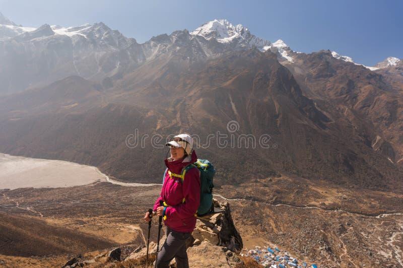 Femailwandelaar bij de top van Kyangjin Ri stock afbeeldingen