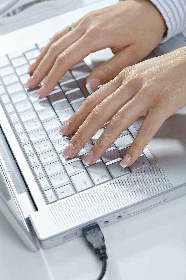 femal печатать на машинке рук стоковые изображения