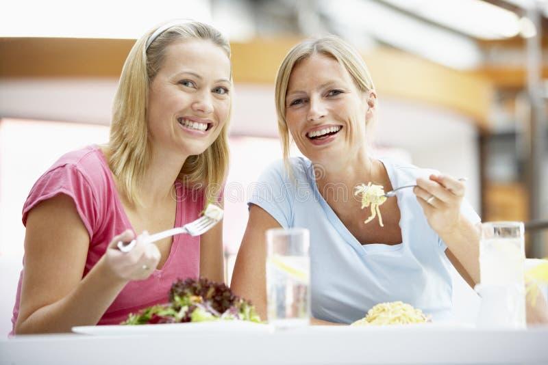 female friends having lunch mall together στοκ εικόνα με δικαίωμα ελεύθερης χρήσης