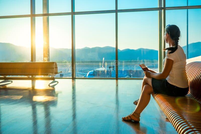 Femelle à l'embarquement de attente d'aéroport images stock