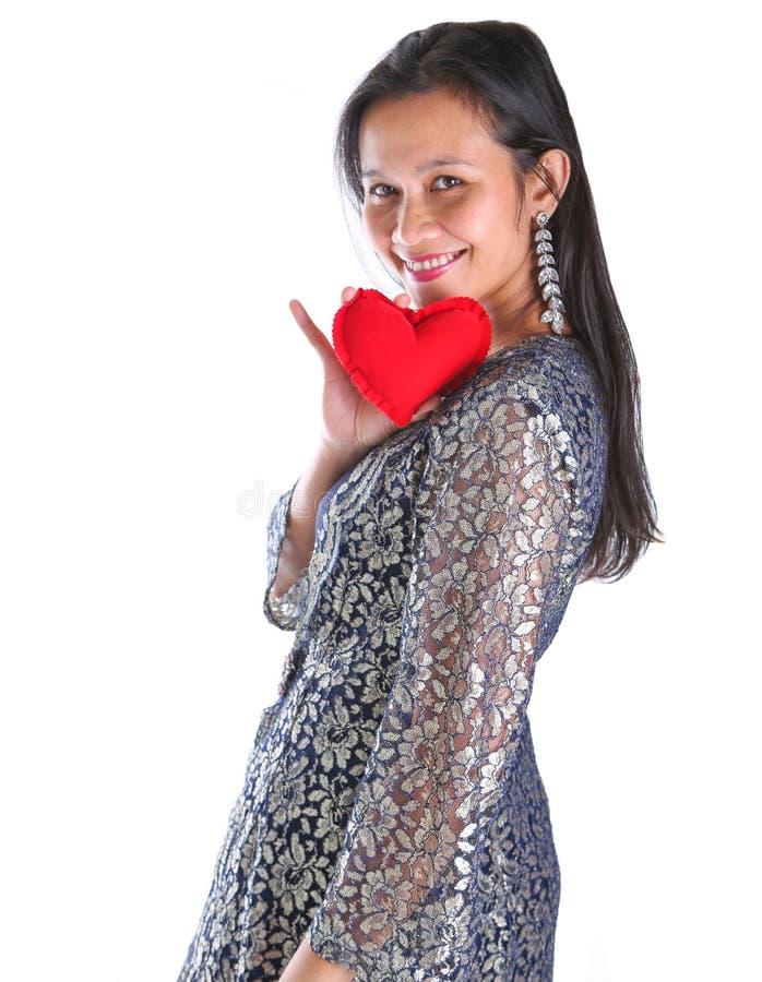 Femelle asiatique avec le signe II de coeur photographie stock