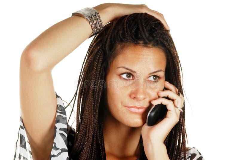 Femelle attirante faisant un appel de téléphone images libres de droits