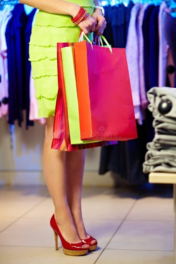 Femelle avec des sacs en papier image libre de droits