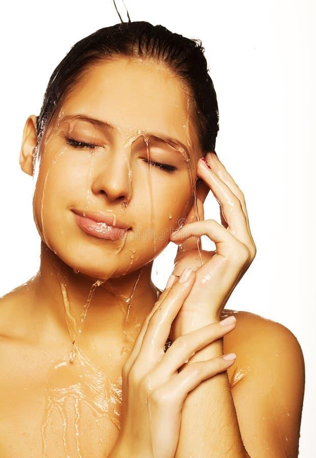 Femelle avec gouttes de l'eau sur son visage pur images stock
