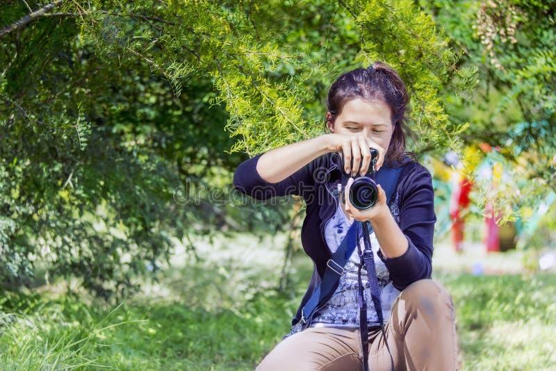 Femelle avec l'appareil-photo prenant une photo image stock