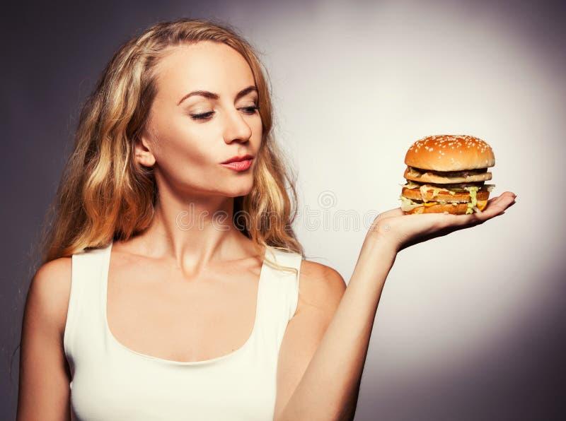 Femelle avec l'hamburger images stock