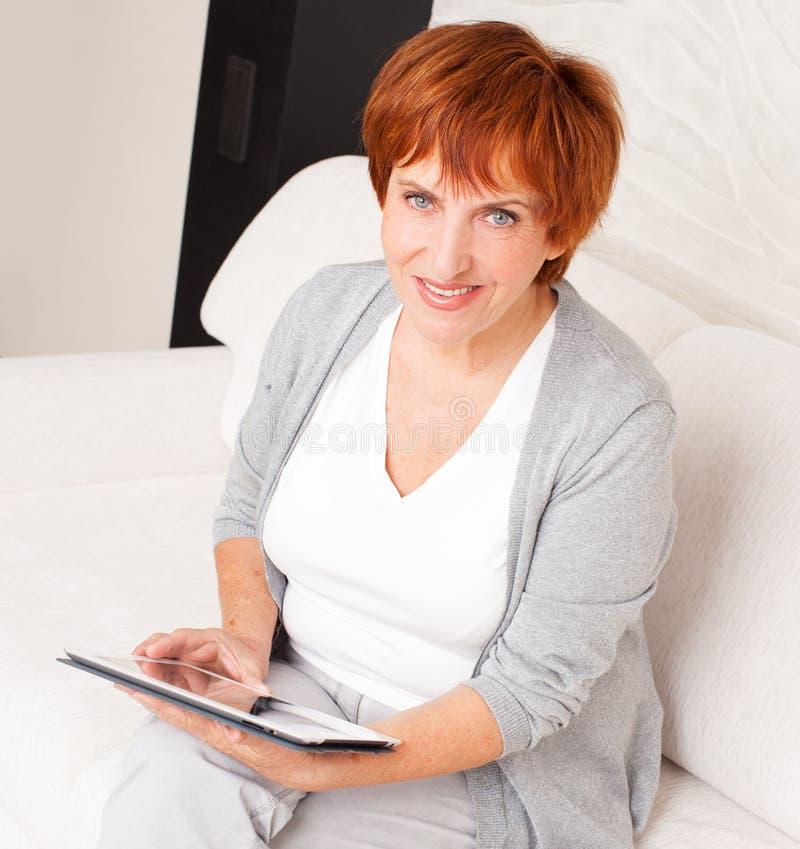 Femelle avec la tablette image libre de droits