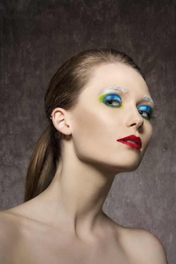 Femelle avec le maquillage artistique étrange image stock