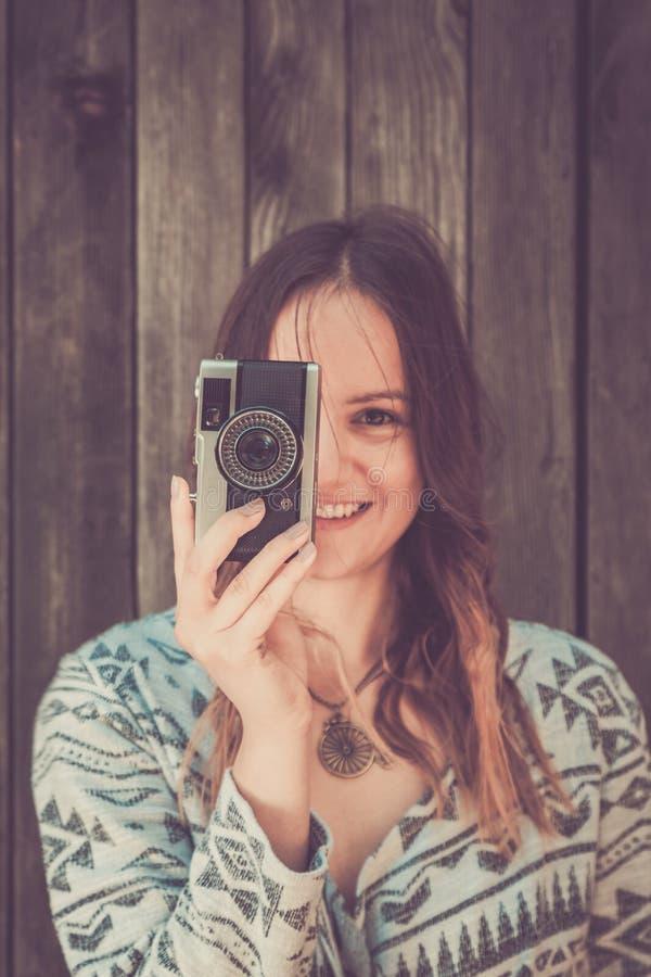 Femelle avec le rétro appareil-photo photographie stock