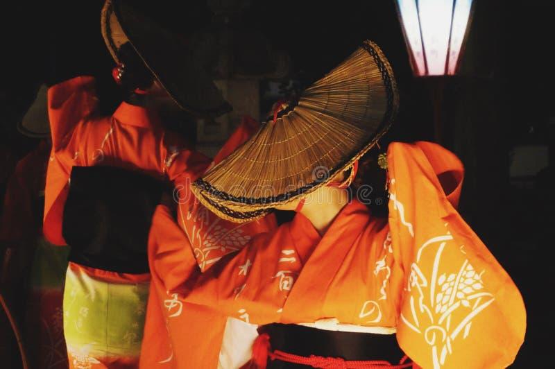 Femelle avec une danse japonaise de costume au festival de Kaze-aucun-fève photographie stock libre de droits