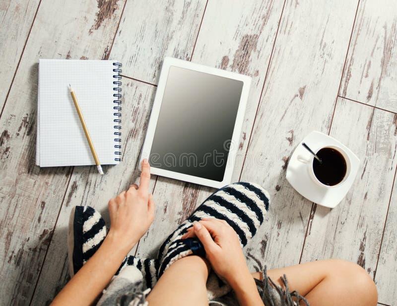 Femelle avec une tasse de café, de bloc-notes et de comprimé photo libre de droits