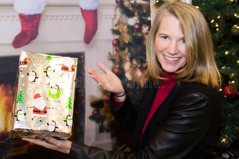 Femelle blonde dans la scène de vacances tenant le cadeau photos libres de droits