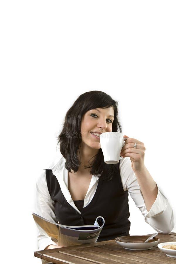 Femelle d'affaires avec du café et la revue photo libre de droits