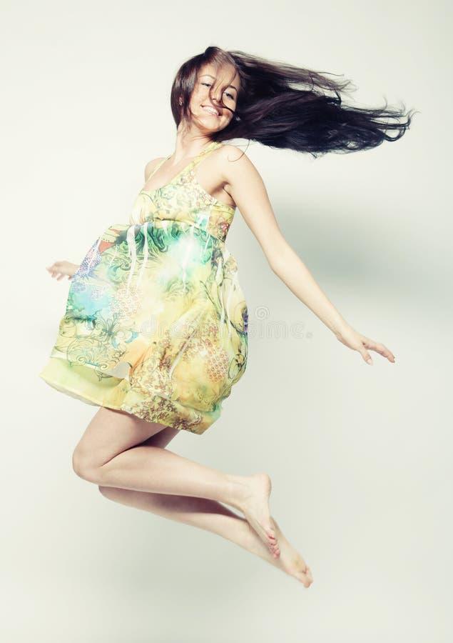Femelle dans brancher de robe de mousseline de soie images libres de droits